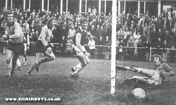 http://www.chairboys.co.uk/history/1974-1975/1974_10_19_chesham_wycombe_reardon_goal.jpg